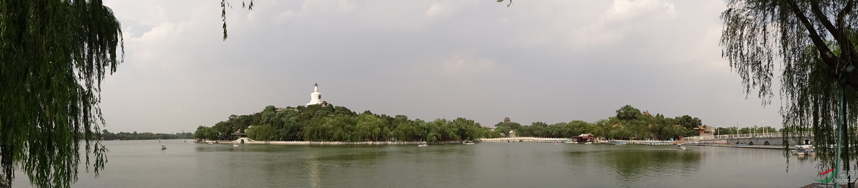 140609北京北海公园141西岸东眺北海全景.jpg