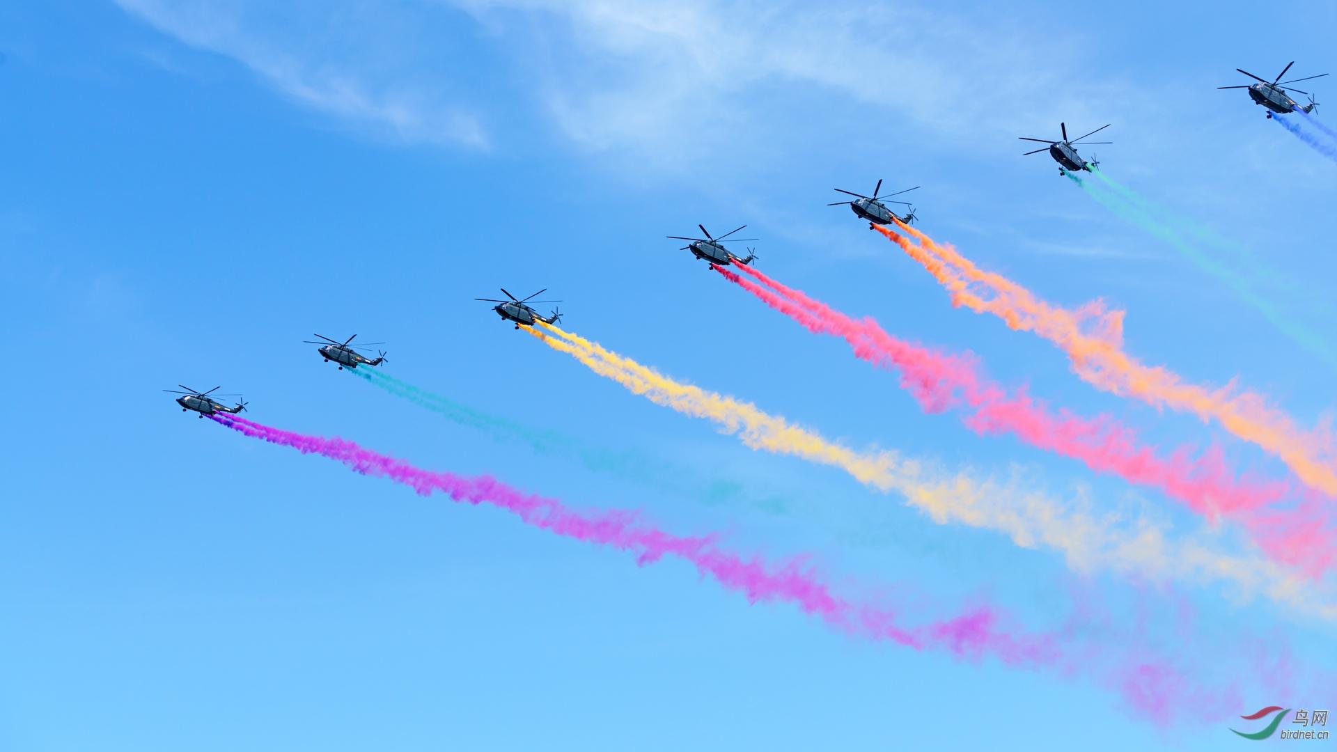 阅兵2183直升机拉烟缩.jpg