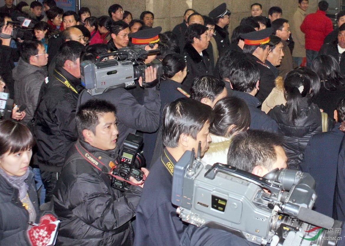 2008年春运郑州火车站售票大厅挤满抢票人群和前来采访新闻记者.jpg