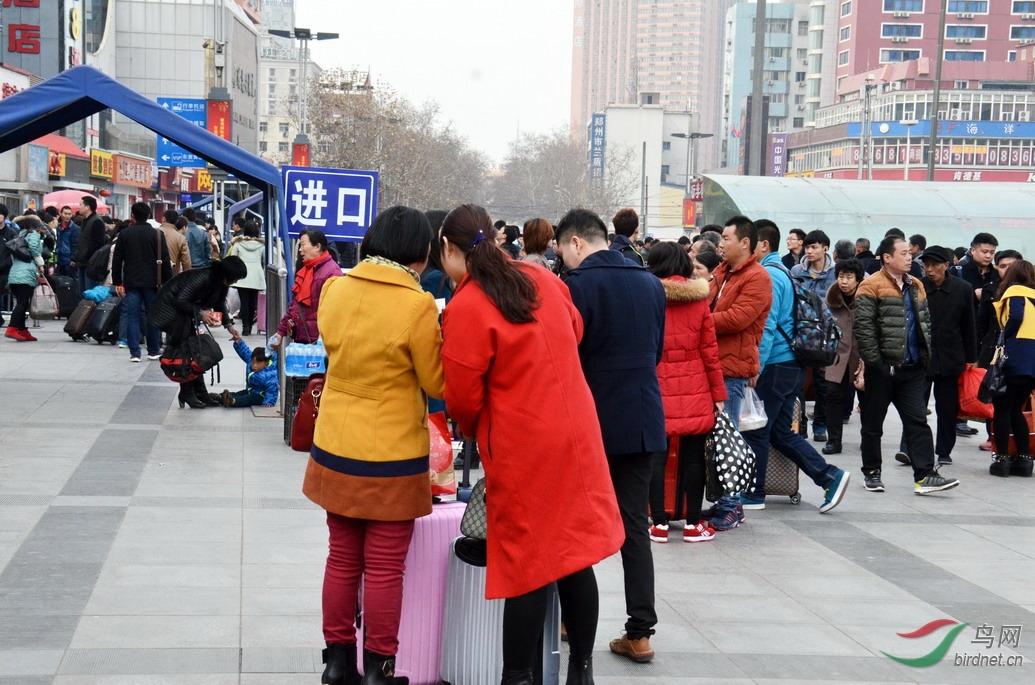 2015年春运郑州火车站广场进站口处旅客们在等待进站.jpg