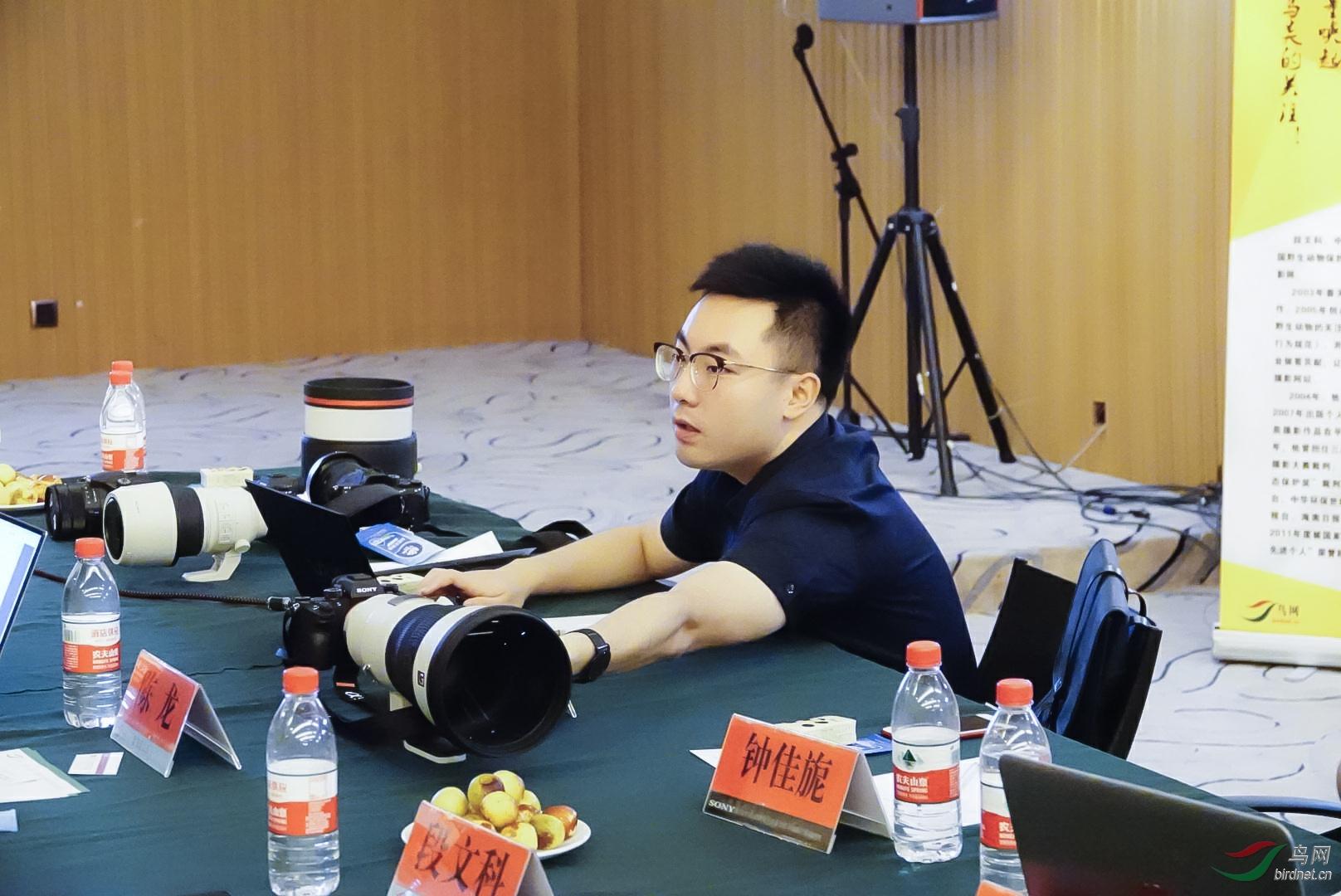 索尼工作人员展示最新款G大师镜头.jpg