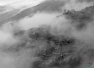 晨雾笼罩的村寨------祝贺荣获黑白影像华盈彩票精华!