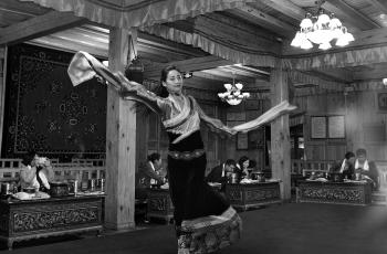 无人喝彩(藏舞)------祝贺荣获首页黑白影像精华!
