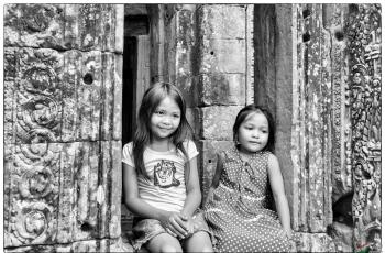 历史与现代的交汇!--吴哥窟的柬埔寨女孩------祝贺荣获首页黑白影像精华!