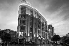 灯光下的老建筑