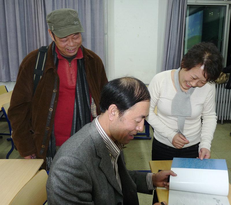 给提问人签名,左一山那边副秘书长