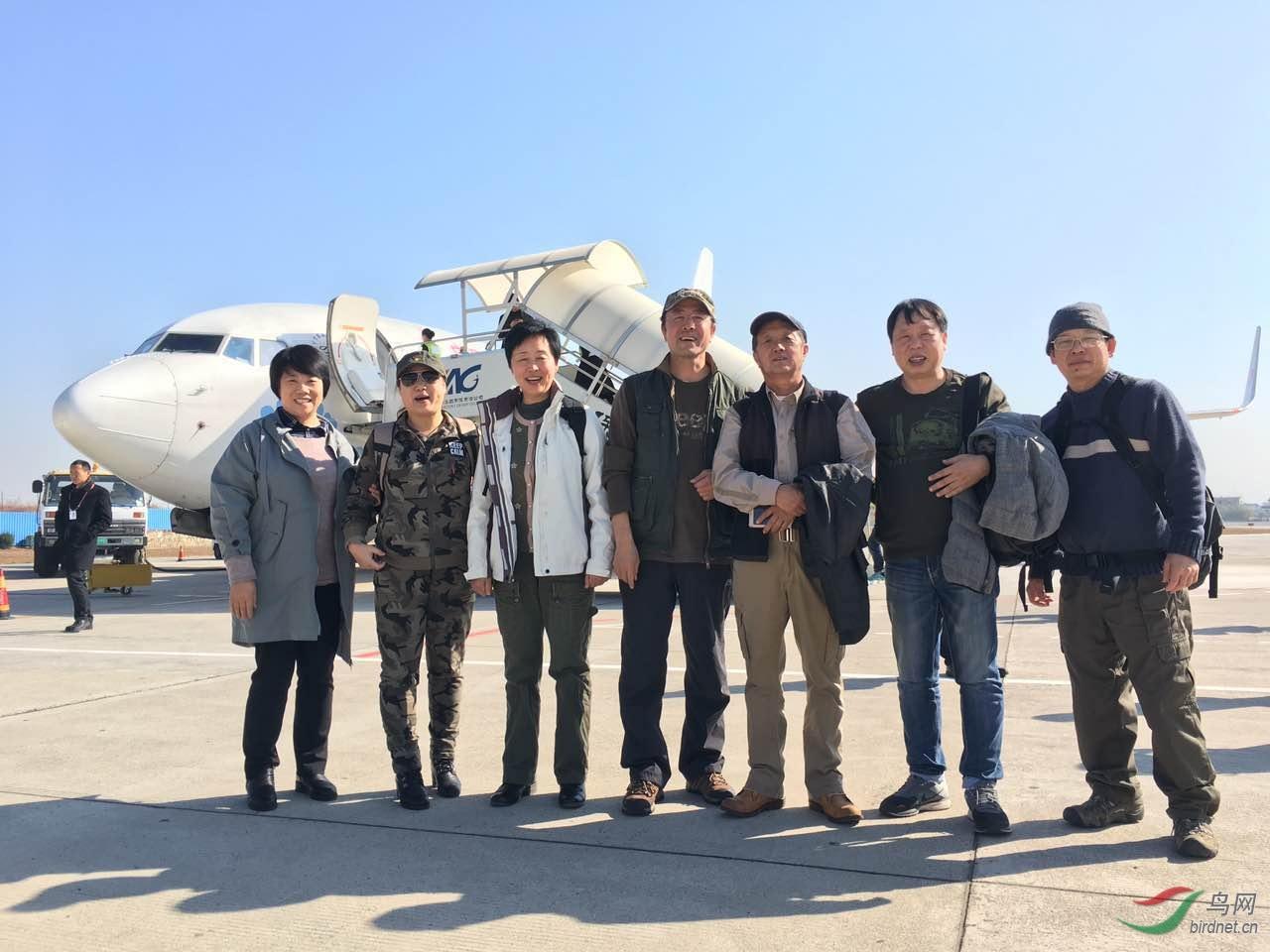 左起:逮啥拍啥、关注宝儿、天堂鸟、文科、杨丹、红蓝铅笔、温哥华雪鸮同杨抵达保山机场.JPG
