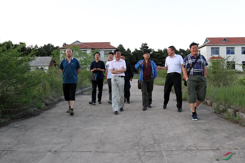 四平市摄影家协会,主席邹志强、副主席兼秘书金广山同市有关个部门人士到转山湖商讨动物保护基地建设事宜。