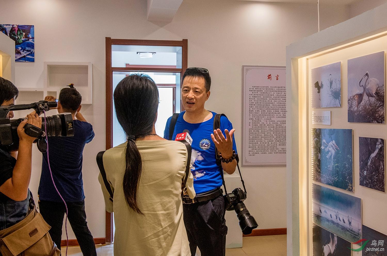 四平市野生动物保护志愿者联盟副会长金广山接受市电视台采访,详细介绍了野保和摄影展馆组建的过程.