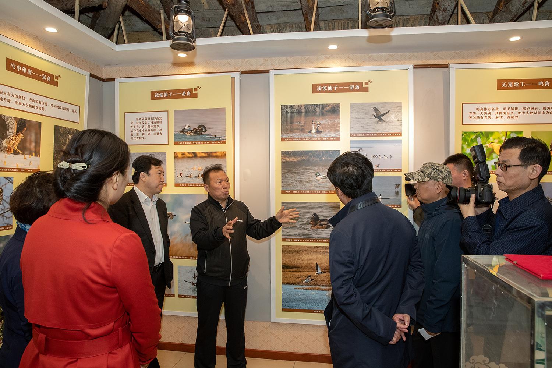 14,市政协杨枫主席和市领导参观摄影展馆,对志愿者做出的贡献给予高度评价.jpg