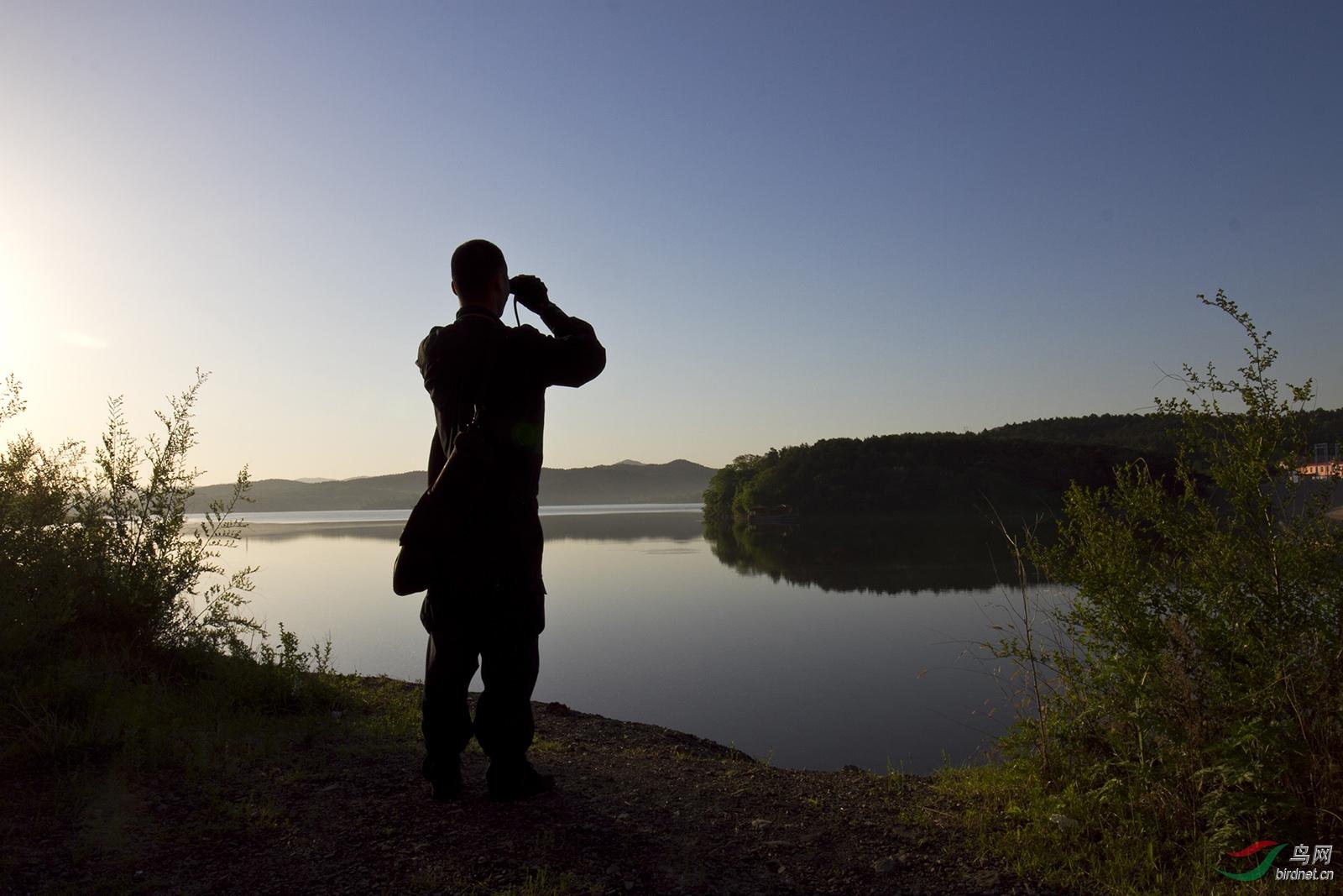 志愿者李世龙在湖边巡护。.jpg