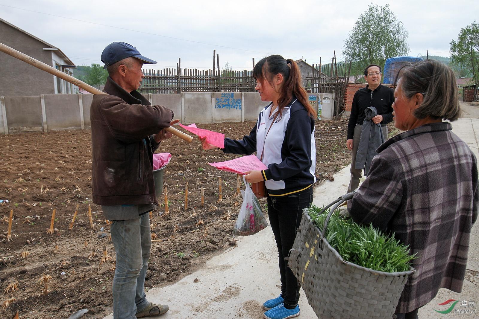 志愿者向村民发放保护环境保护野生动物 传单.jpg