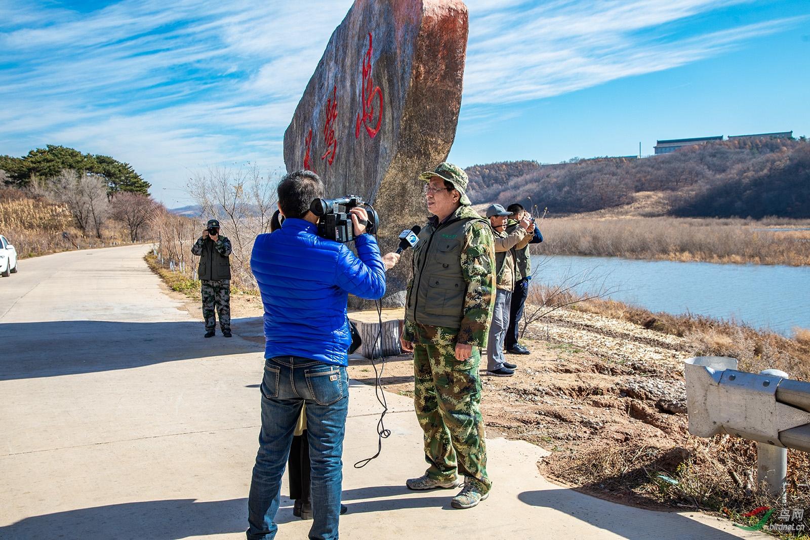 电视台在采访中保护野生鸟类第一线的志愿者.jpg