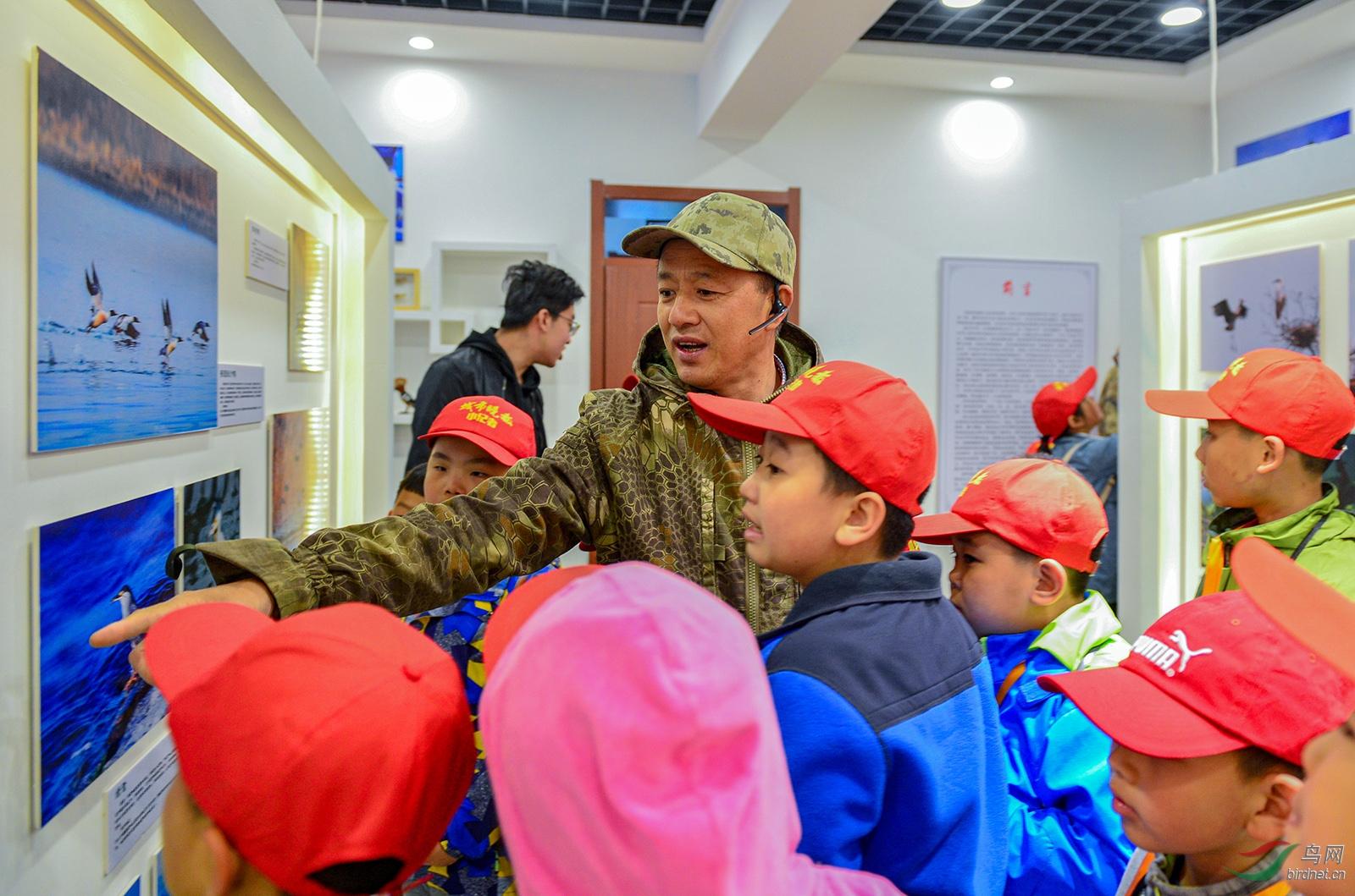 野生动物保护志愿者联盟秘书长金广山向长春城市晚报小记者们介绍各种鸟类种类.jpg