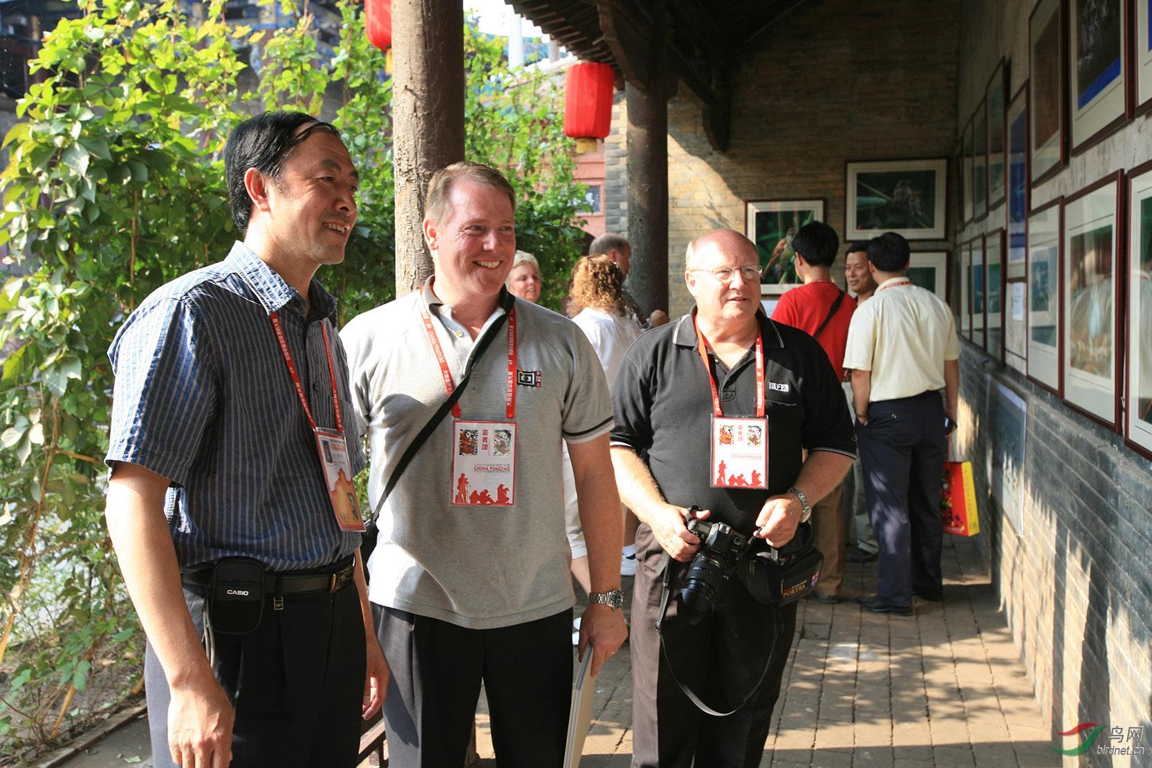 段文科2006年在中国平遥国际摄影大展上举办个人鸟类摄影展,这是平遥国际摄影大展上首次展出的鸟类题材的作品-图为美国专业摄影家协会秘书长参观段文科野生鸟类摄影展.jpg