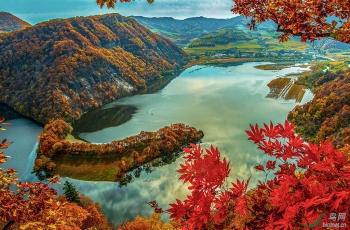 秋映白山湖