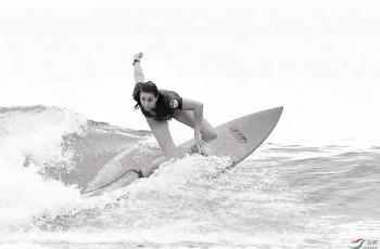 女子短板冲浪------祝贺荣获首页黑白影像精华!!!
