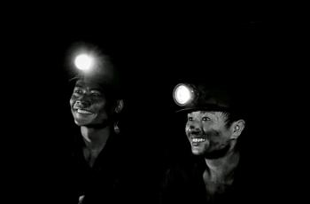 致敬--開采光明的礦工------祝賀榮獲首頁黑白影像精華�。�!