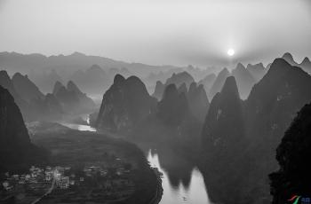 陽光初照漓江河-----祝賀榮獲首頁黑白影像精華�。�!