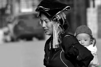 街拍——母子------祝贺老师佳作荣获首页黑白影像精华!