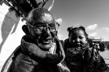 爷孙俩   ----   祝贺荣获黑白影像首页精华!