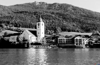 湖畔小镇   ----  祝贺荣获黑白影像首页精华!