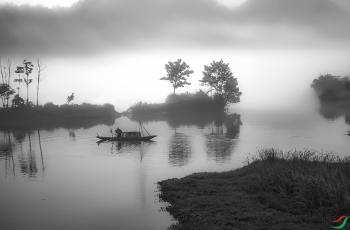 雾锁小渔船  ----  祝贺荣获黑白影像首页精华!